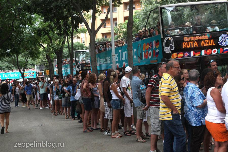 Очередь на туристический автобус