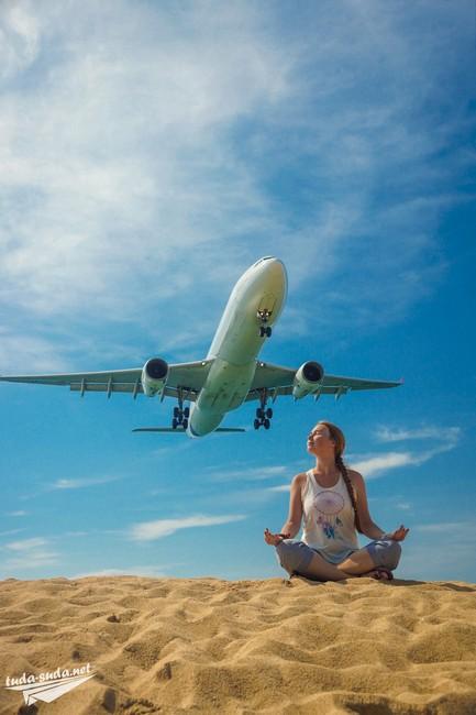 Пляж с низко летящими самолетами